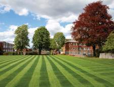 Sekolah Inggris di Burchetts Green: Varsity International - London Sutton